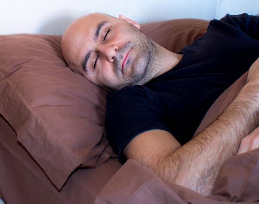 man slaapt op bank shutterstock_380560429